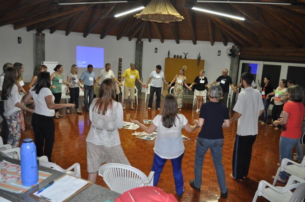 Dança circular também fez parte dos trabalhos